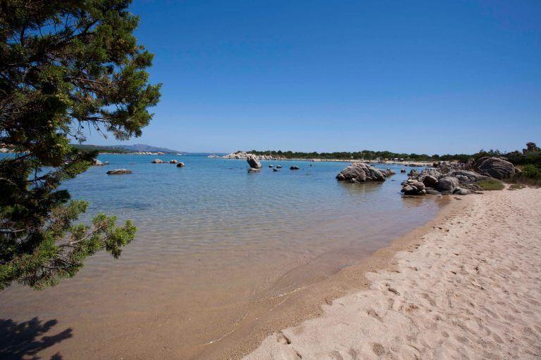 residence-baia-de-bahas-spiaggia-golfo-marinella-1